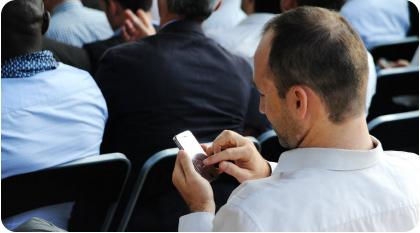 utilisateur en train de voter par Web application